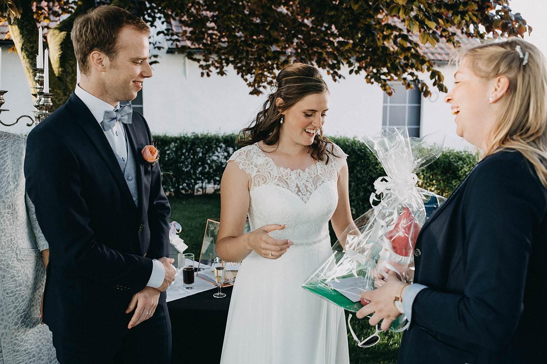 Hof ter Heulebeke buitenreceptie bruidspaar ontvangt gasten