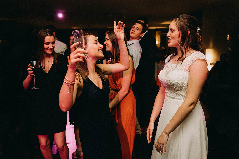 Hof ter Heulebeke huwelijksfeest bruid danst met vriendinnen