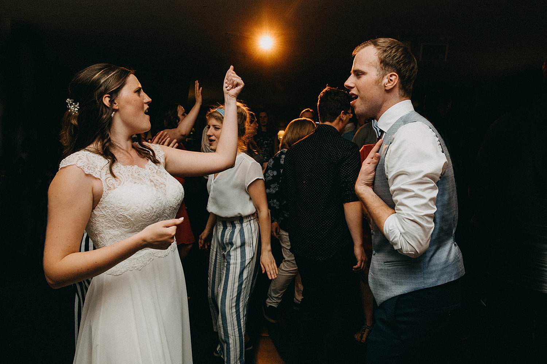 Hof ter Heulebeke huwelijksfeest bruidspaar danst