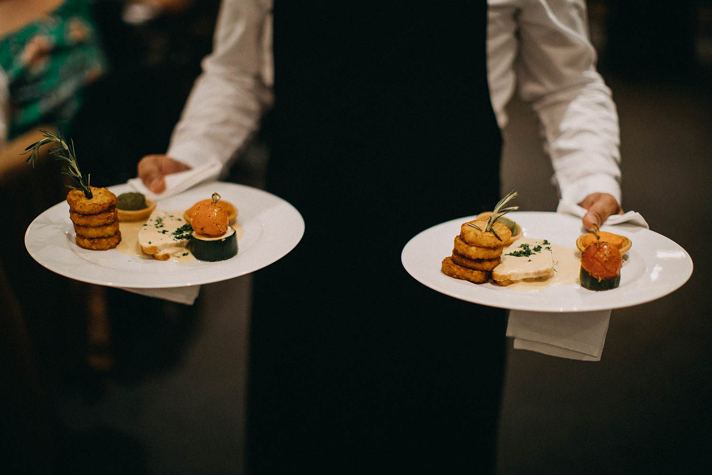 Hof ter Heulebeke serveren bruidsmaaltijd op borden
