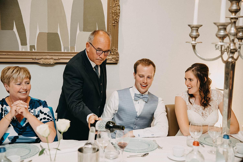 Hof ter Heulebeke serveren wijn bruidspaar