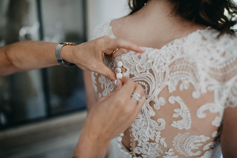 Huwelijk voorbereiding dichtknopen trouwjurk
