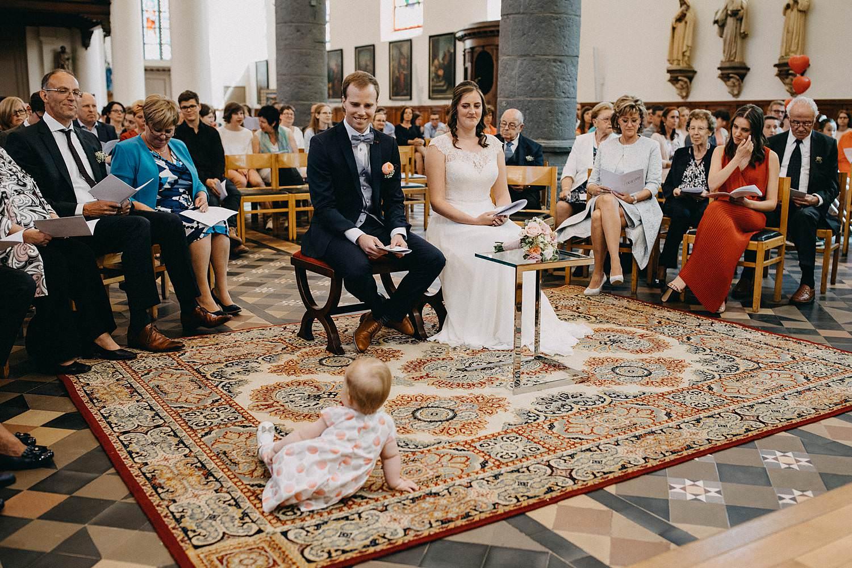 Kerk Gullegem huwelijk baby kruipt op grond
