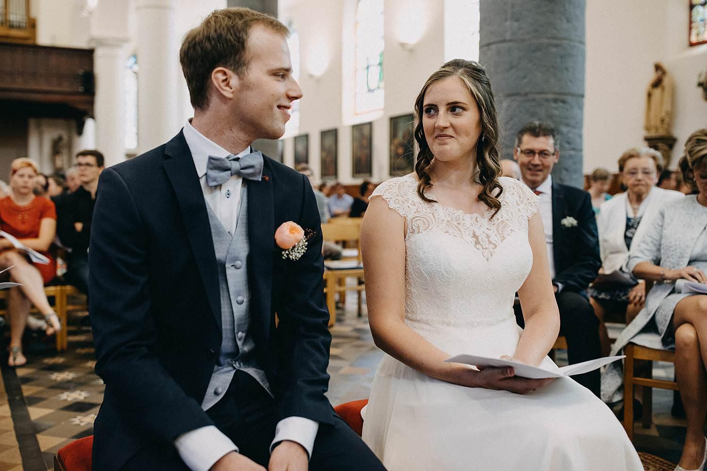 Kerk Gullegem huwelijk bruidspaar op stoel