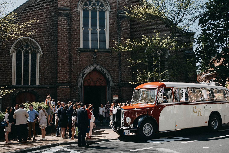 Kerk Gullegem huwelijk old timer bus voor kerk