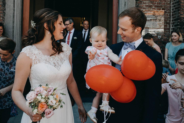 Kerk Gullegem huwelijk uittrede bruid en baby met ballon