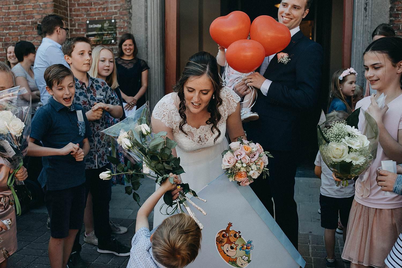 Kerk Gullegem huwelijk uittrede bruid ontvangt ballonnen