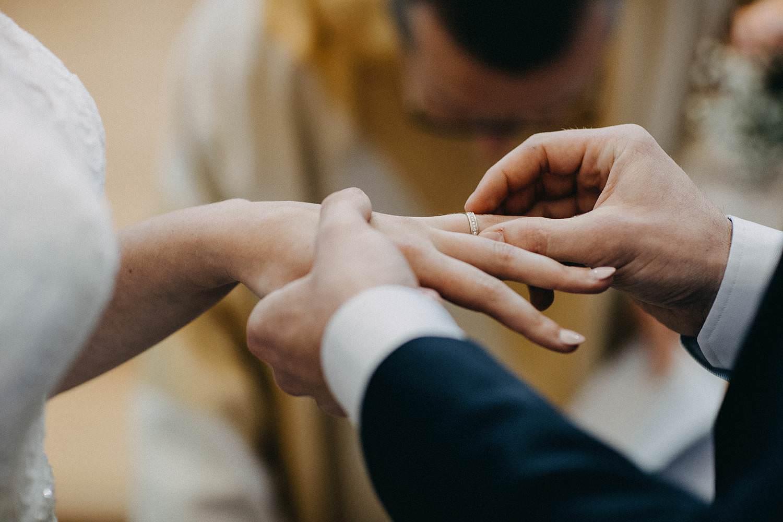 Kerk Gullegem huwelijk uitwisselen huwelijksringen