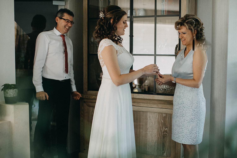 Marke huwelijk aankleden bruid