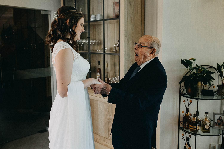 Marke huwelijk bruid groet opa