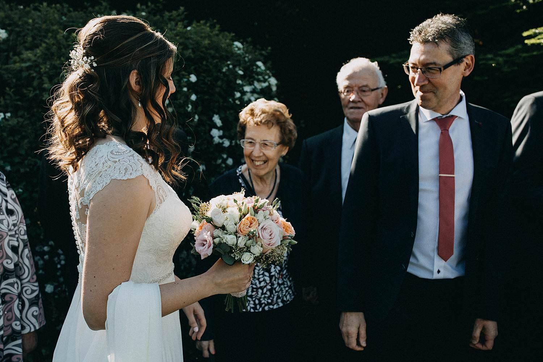 Marke huwelijk first look bruid groet familie