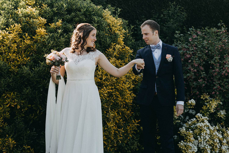 Marke huwelijk first look in tuin
