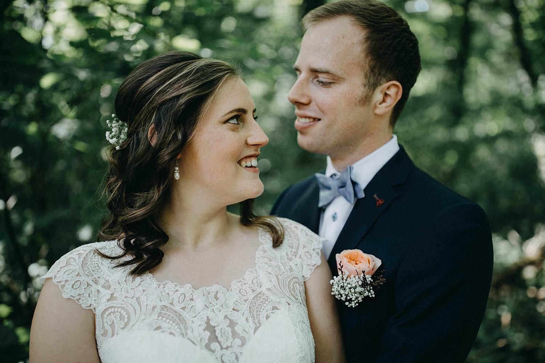 Sterrebos bruidspaar knuffelt