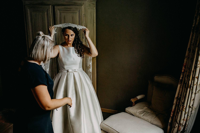 Roosendaelhof aankleden bruid door moeder