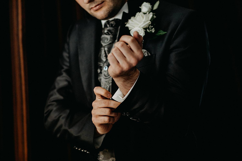 bruidegom dichtknopen zwarte vest