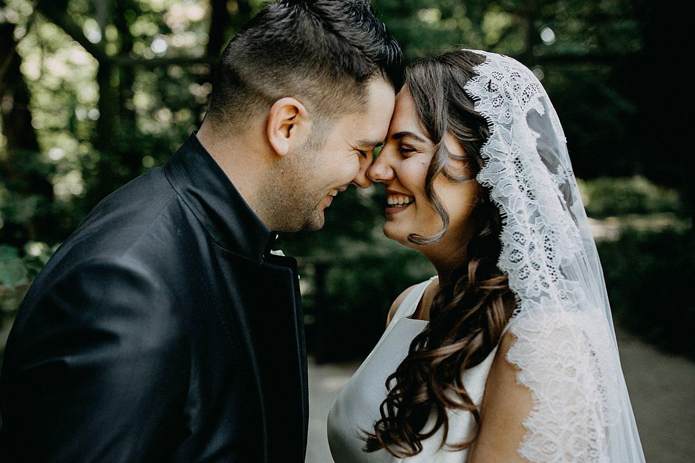 bruidspaar plezier huwelijksreportage stadspark Geel