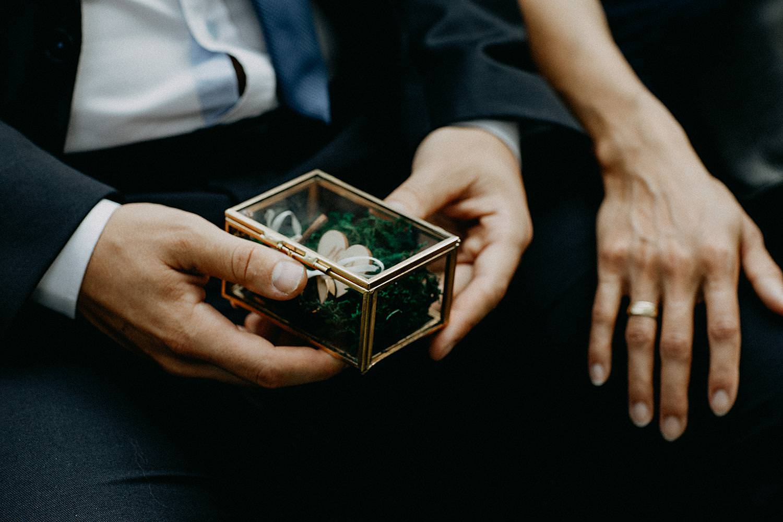 huwelijksringen in glazen kistje buitenceremonie