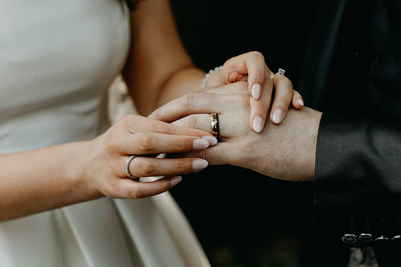 ring aan vinger buitenceremonie Ten Huize Foets