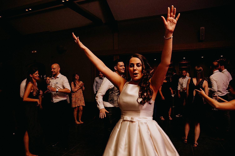 bruid juicht op dansvloer