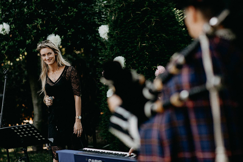 Steffi Verbiest met doedelzakspeler ceremonie huwelijk