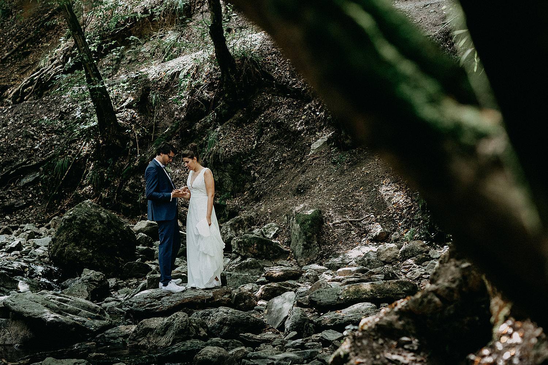 bruidspaar wandelt door rivier bos Aywaille