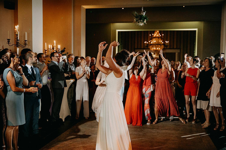tossen bruidsboeket feestzaal De Kleine Graaf huwelijk