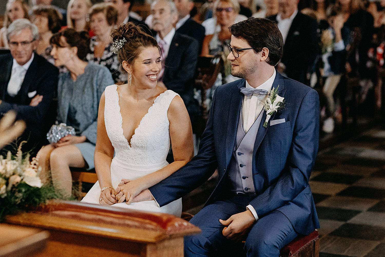 bruidspaar zit kerk Aywaille Vlaamse Ardennen