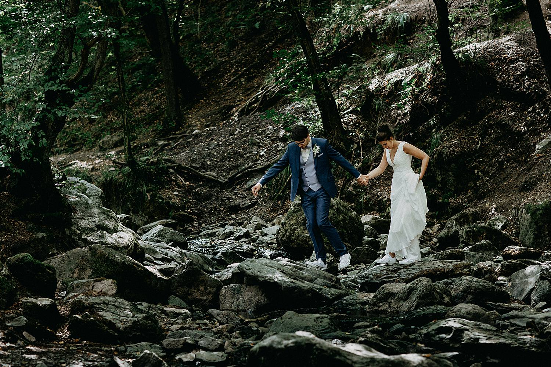 bruidspaar steekt rivier over in Ardennen