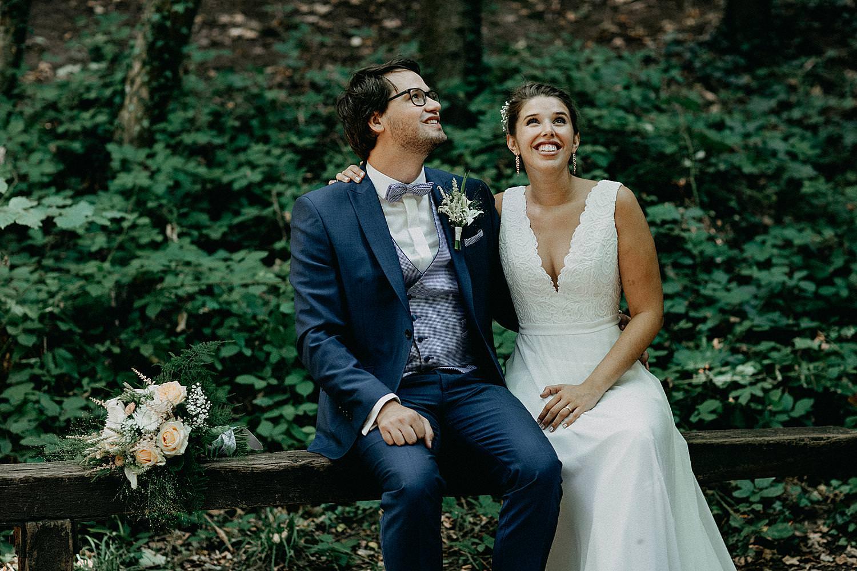 bruidspaar op boomstronk bos Vlaamse Ardennen