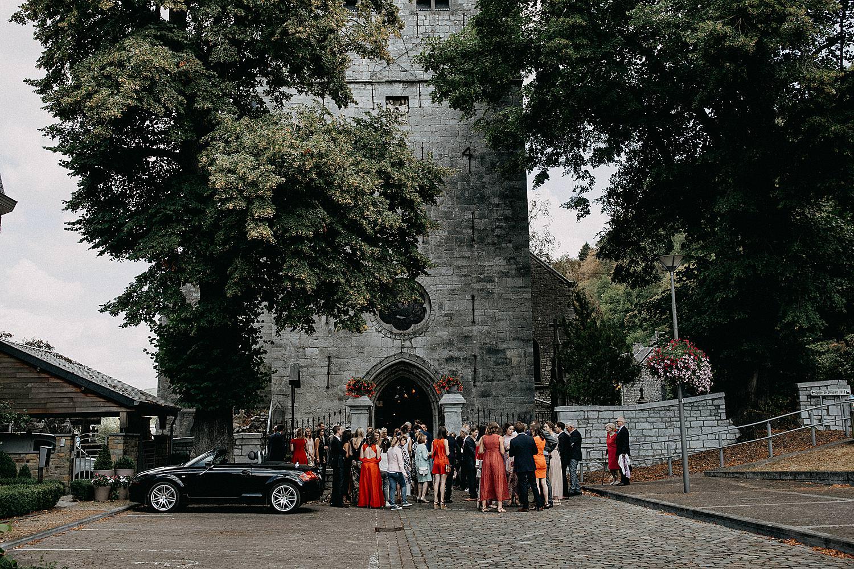 gasten en bruidswagen voor kerk Aywaille