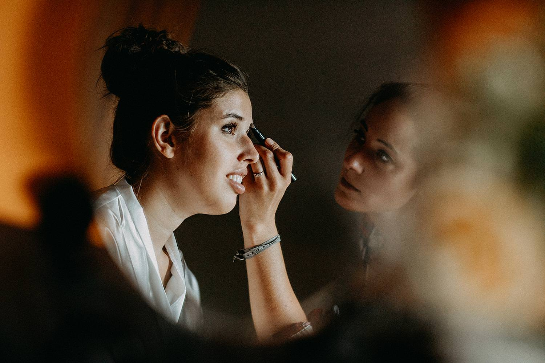 bruid in make-up spiegel
