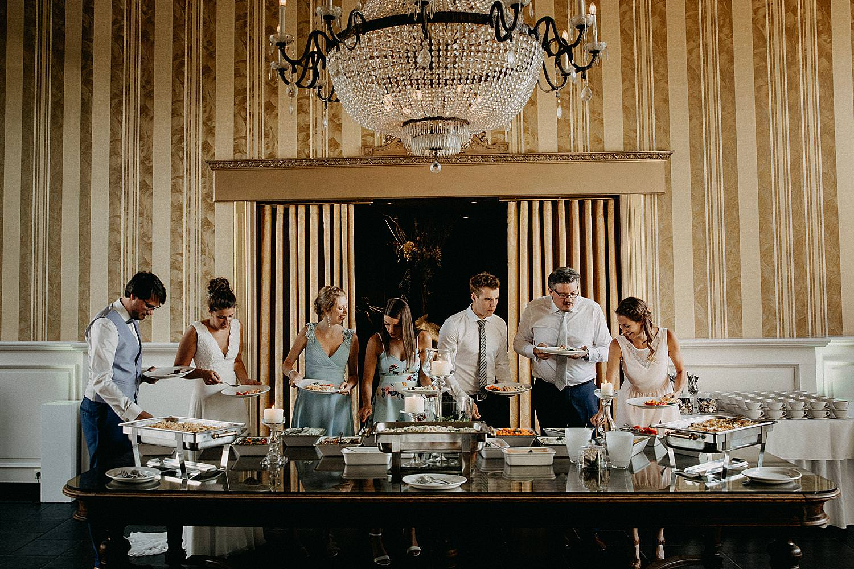 bruidspaar met familie feesttafel huwelijk