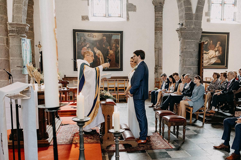 priester geeft hostie bruid huwelijk Aywaille