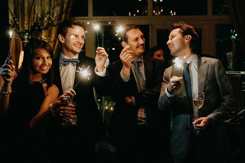 gasten met vuurwerkstokjes openingsdans huwelijk feestzaal De Kleine Graaf Tongeren