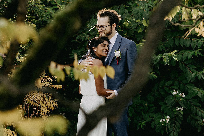 bruid rust op borst bruidegom