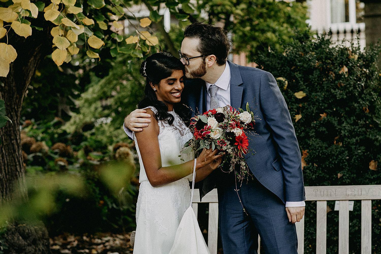 kruidtuin Leuven bruidspaar kus voorhoofd