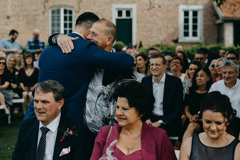 bruidegom bedankt vriend buitenceremonie Monnikenhof Genoelselderen