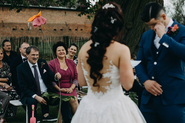 bruidegom emotioneel ja-woord buitenceremonie Monnikenhof