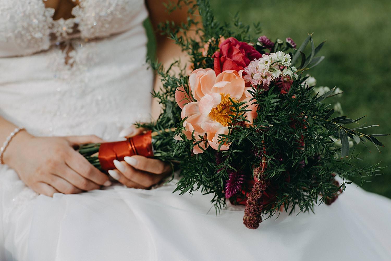 roze rood bruidsboeket buitenceremonie