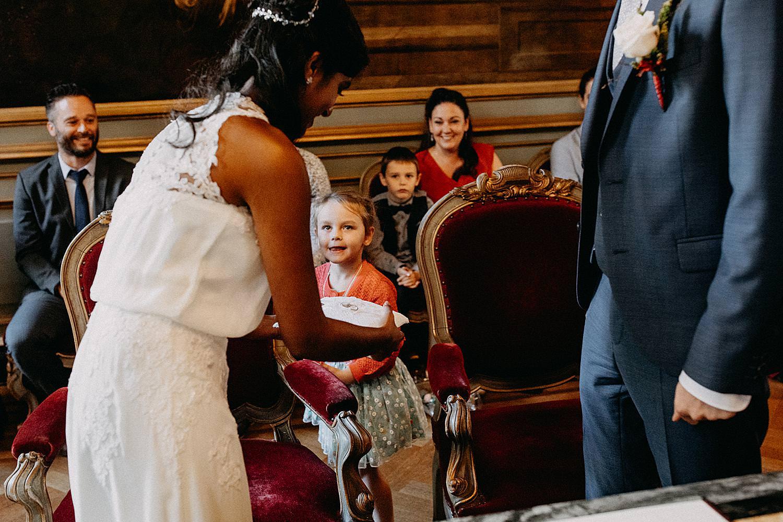 bruidsmeisje overhandigt huwelijksringen stadhuis Leuven