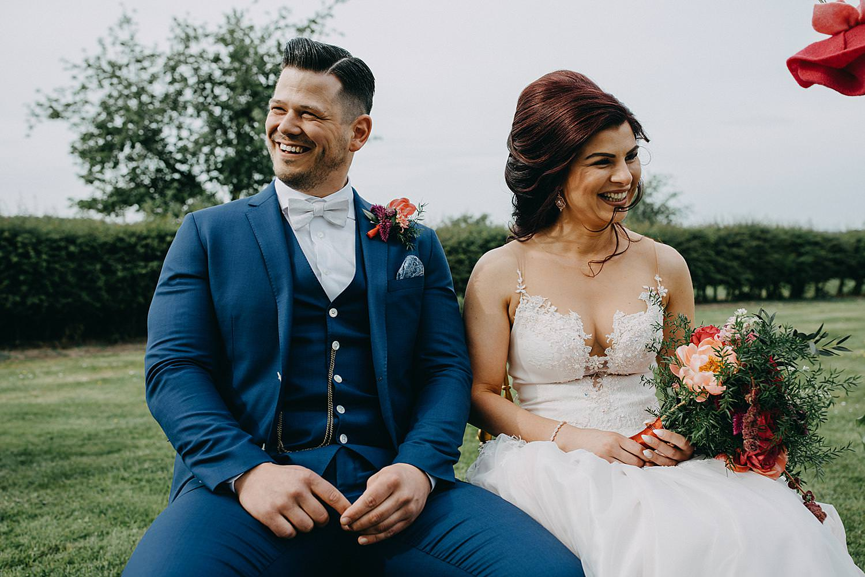 bruidspaar Monnikenhof op bank