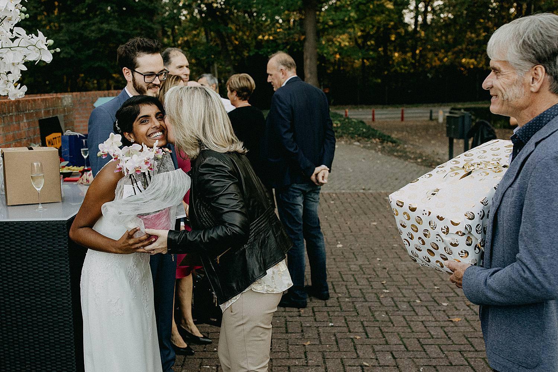 bruidspaar ontvangt gasten Watt 17