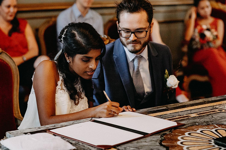 bruidspaar tekent huwelijksakte stadhuis Leuven