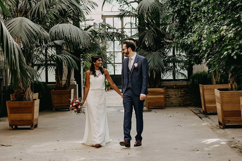 bruidspaar wandelt serres kruidtuin Leuven