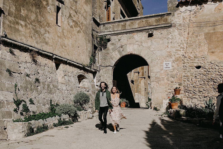 bruidspaar wandelt Valldemossa Palma de Mallorca