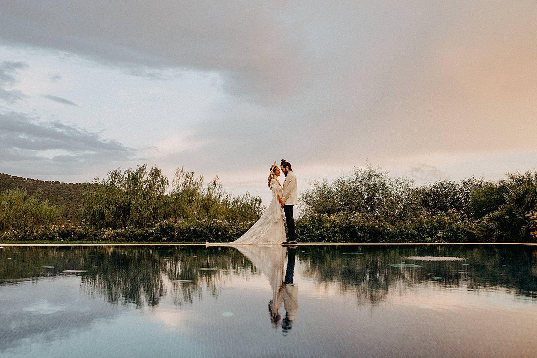 bruidspaar spiegeling in zwembad Hotel Castell Son Claret