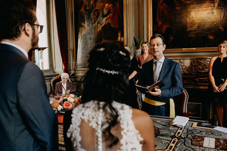 burgemeester spreekt bruidspaar