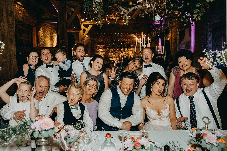 groepsfoto bruidspaar familie feesttafel Monnikenhof Genoelselderen