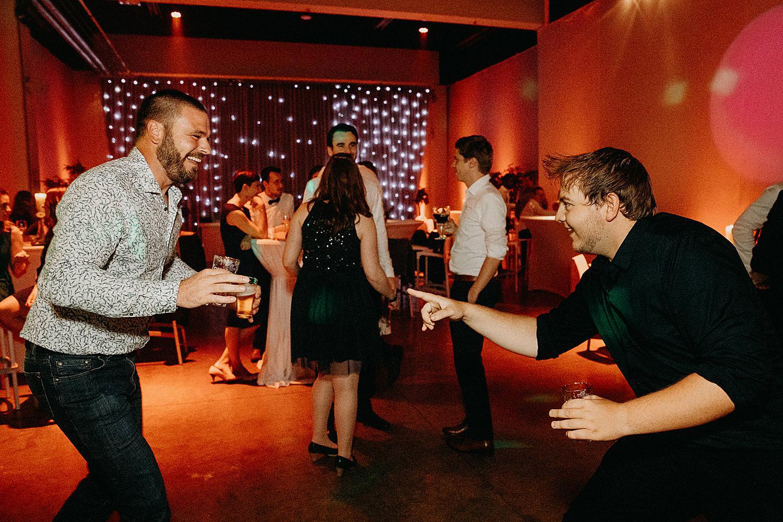 gasten dansen dansvloer huwelijk