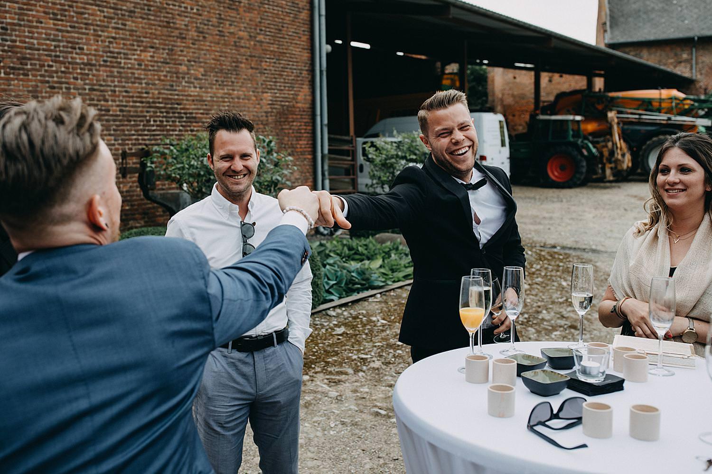 Gasten toasten plezier huwelijk buitenreceptie Monnikenhof